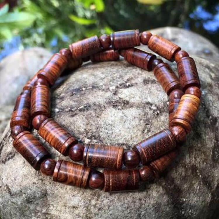 Vòng gỗ sưa quảng bình có giá trị cũng không kém sưa Bắc là bao, nước gỗ của sưa Quảng Bình thường ngà ngà đen, giống như phần lõi thân dưới của sưa bắc